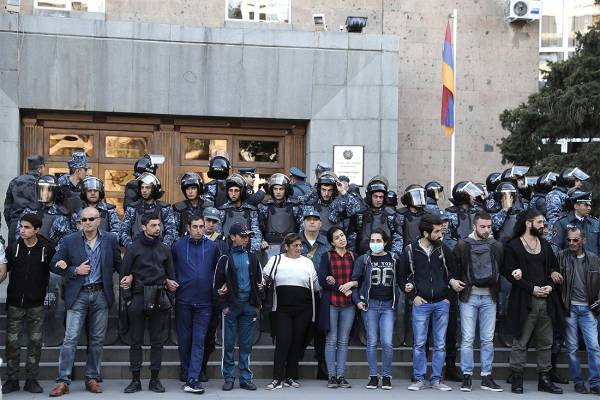 Полицейские ввели спецтехнику в центр Еревана из-за акции протеста